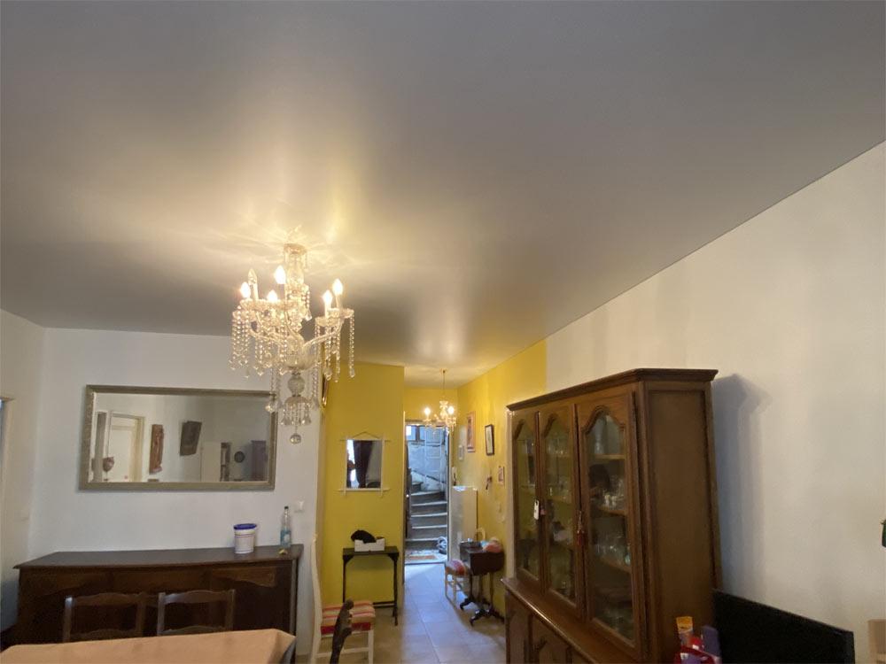 Plafond acoustique pour voisins bruyants