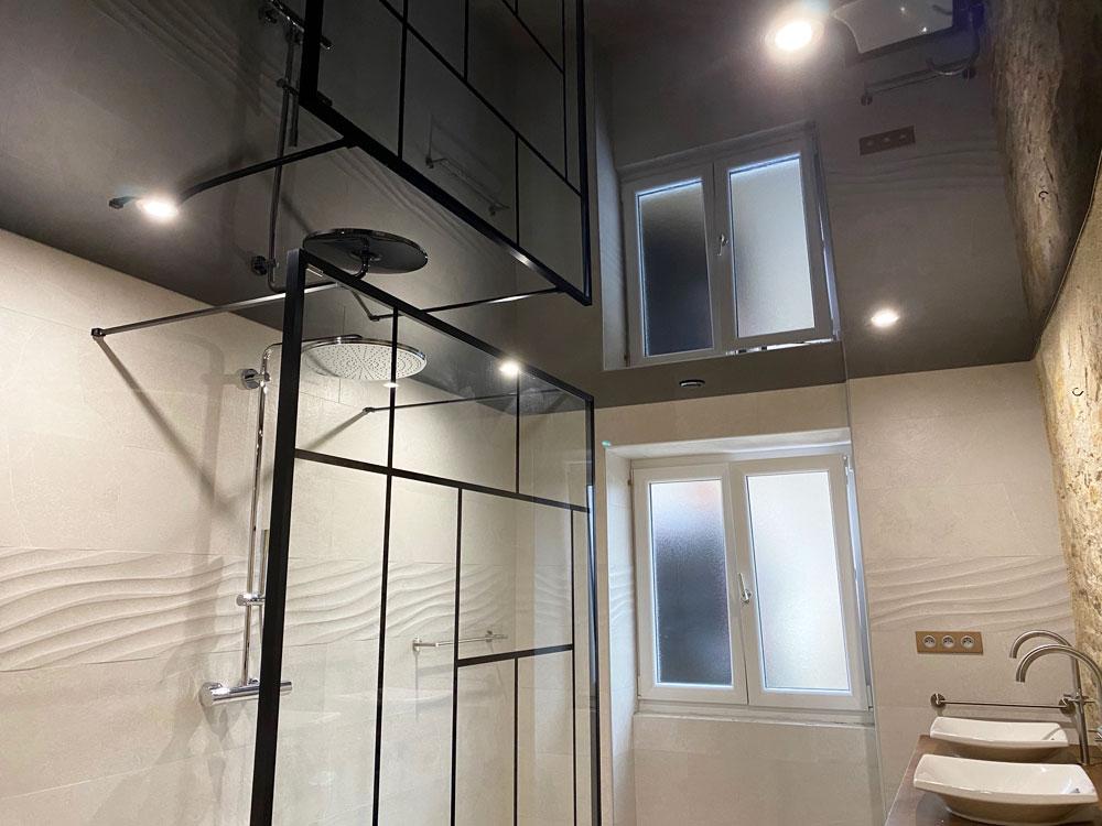 Plafond laque noire salle de bain